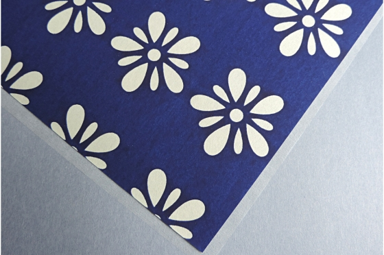 KATAZOME fleurs fond bleu A4