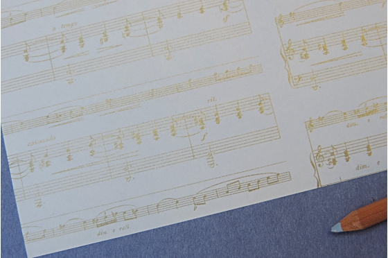 Papier décoratif Rossi1931© - Portée musicale or