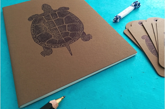 "Cahier A5 Turtle + 6 étiquettes américaines ""old Style"""